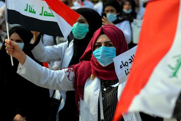 Une étudiante irakienne en médecine proteste contre le gouvernement dans la ville de Najaf, le 28 octobre 2019 [- / AFP]