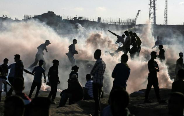 Des manifestants palestiniens le long de la barrière entre Gaza et Israël, le 1er novembre 2019 [MAHMUD HAMS / AFP]
