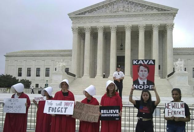 Manifestation mardi devant la Cour suprême des Etats-Unis, où le juge Brett Kavanaugh a siégé pour la première fois.<br /> [Charlotte PLANTIVE / AFP]