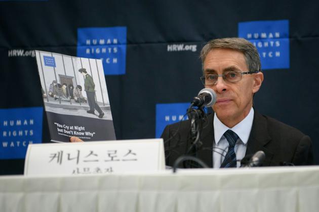 Le directeur de l'ONG Human Rights Watch, Kenneth Roth, présente son enquête à Séoul en Corée du Sud, le 1er novembre 2018 [Ed JONES / AFP]