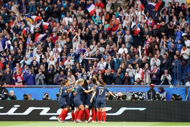 Les supporters exultent en même que l'équipe de France après le but de l'attaquante Eugenie Le Sommer face à la Corée du Sud lors du match d'ouverture du Mondial, au Parc des Princes, le 7 juin 2019 [Lionel BONAVENTURE / AFP]