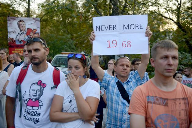 """Un homme tient une pancarte lors d'une manifestation pour commémorer le 50e anniversaire de la répression du """"Printemps de Prague"""" [Michal CIZEK / AFP]"""