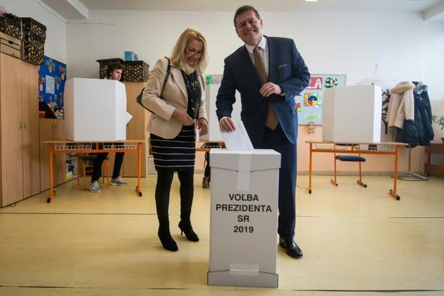 Le candidat à la présidentielle Maros Sefcovic et sa femme votent, le 16 mars 2019 à Bratislava, en Slovaquie [VLADIMIR SIMICEK / AFP]