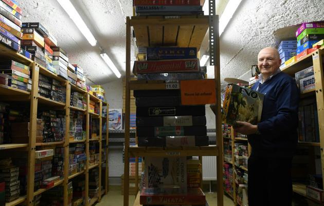 Le collectionneur Tom Werneck pose dans les archives Bayerisches Spielearchiv des jeux de société, à Munich (sud de l'Allemagne), le 12 décembre 2018 [Christof STACHE / AFP]