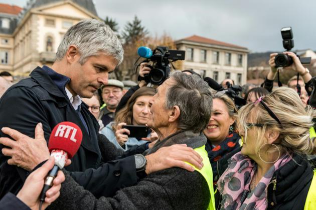 Le président des Républicains, Laurent Wauquiez, parle avec un gilet jaune, au Puy-en-Velay le 17 novembre 2018 [Thierry Zoccolan / AFP/Archives]