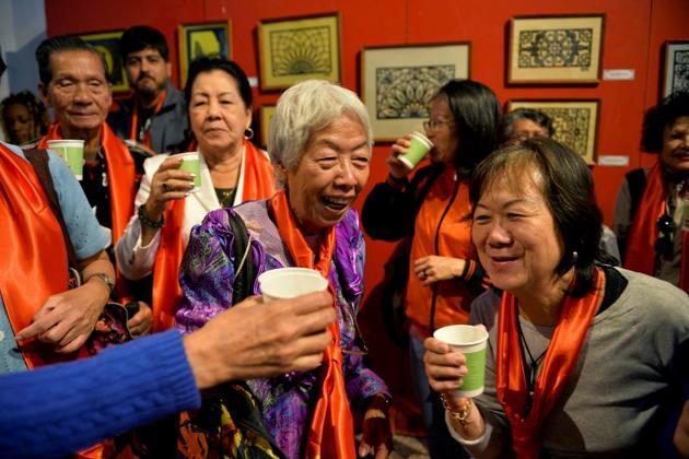 Des descendants de Chinois à Cuba trinquent à la Maison des arts et des traditions chinois à La Havane, le 25 janvier 2019 à Cuba [Yamil LAGE / AFP]
