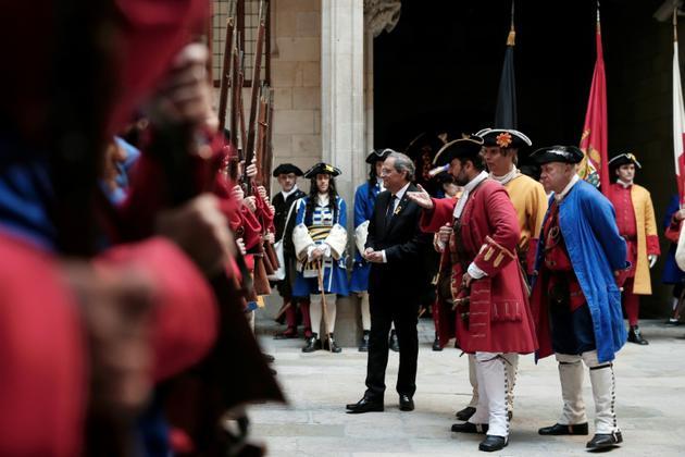 """Le président régional QuimTorra (C) accueille les participants à une reconstitution historique à l'occasion de la """"Diada"""", la """"fête nationale"""" de la Catalogne, à Barcelone le 11 septembre 2018 [PAU BARRENA / AFP]"""
