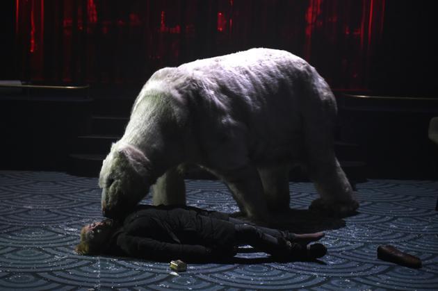 """A un moment de la pièce """"Arctique"""", un énorme ours polaire en peluche débarque, menaçant, """"métaphore de cette nature qui se venge"""", explique Anne-Cécile Vandalem [Boris HORVAT / AFP]"""