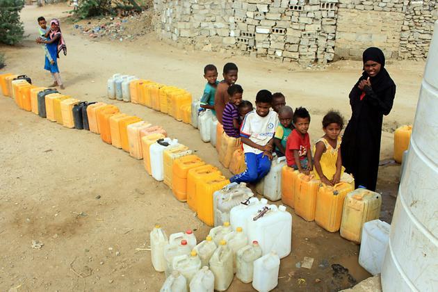 Des enfants déplacés de la ville yéménite de Hodeida attendant le 10 novembre 2018 de pouvoir remplir leurs bidons d'eau dans un camp installé à Abs, dans la province de<br /> d'Al Hajjah (nord-ouest)  [ESSA AHMED / AFP]