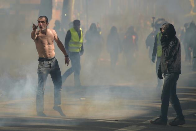 Un manifestant au milieu de gaz lacrymogènes lors d'une manifestation des Gilets Jaunes le 13 avril 2019 à Toulouse [Pascal PAVANI                        / AFP/Archives]