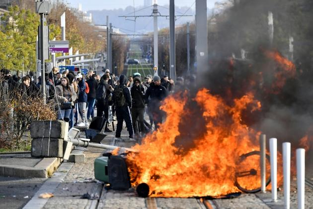 Des lycéens mettent le feu à une barricade pour bloquer le tramway à Bordeaux, le 5 décembre 2018 [NICOLAS TUCAT / AFP]