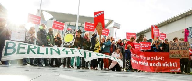 Des activistes de l'ONG Campact manifestent devant la chancellerie allemande où se tiennent des négociations sur le climat, à Berlin, le 19 septembre 2019 [AXEL SCHMIDT / AFP]