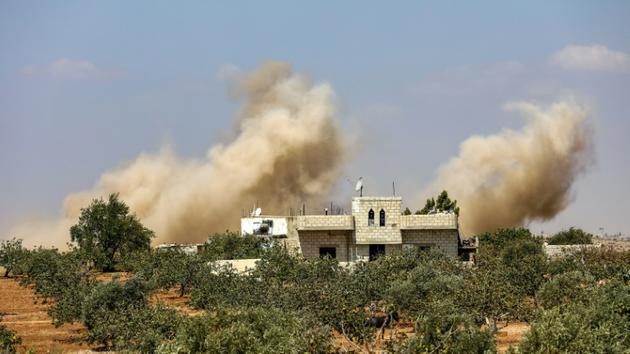 De la fumée causée par un bombardement de l'armée syrienne dans les environs d'al-Tamana, dans la province d'Idleb, le 6 septembre 2018. [OMAR HAJ KADOUR / AFP]