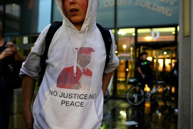 Une personne manifeste devant le tribunal de Chicago le 25 septembre 2018, le jour où Laquan McDonald aurait eu 21 ans [Joshua Lott / AFP/Archives]