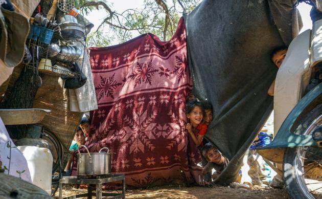 Des enfants dans un camp de déplacés syriens, dans le nord de la région d'Idleb, le 27 juin 2019 [Muhammad HAJ KADOUR / AFP]
