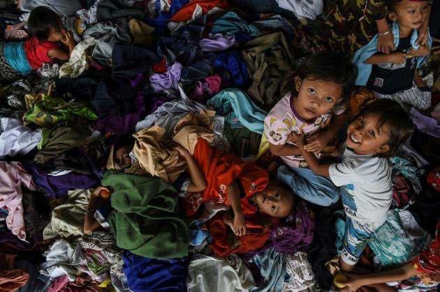 Des réfugiés sont installés dans un centre d'hébergement à Kalianda, le 27 décembre 2018 après avoir été évacués de l'ile de Sebesi touché par le tsunami  [MOHD RASFAN / AFP]