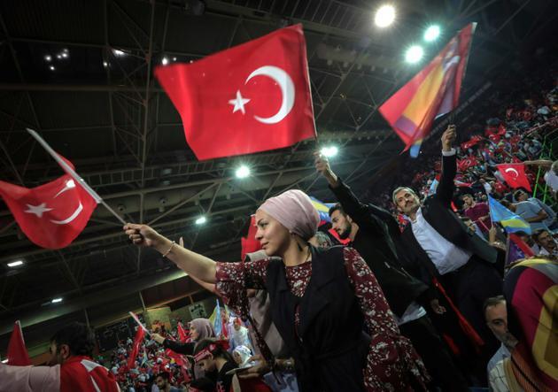 Plusieurs milliers de Turcs, venus de toute l'Europe se sont pressés dimanche 20 mai dans la salle Zetra à Sarajevo, patinoire des jeux Olympiques d'Hiver de 1984, où ont été installés dès samedi deux immenses portraits de Recep Tayyip Erdogan et d'Atatürk. [OLIVER BUNIC / AFP]