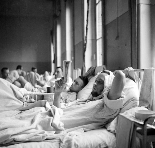 Des hommes blessés lors d'affrontements entre miliciens et Allemands contre les FFI (Forces françaises de l'intérieur) à l'Hôtel Dieu à Paris en août 1944 [STF / AFP]