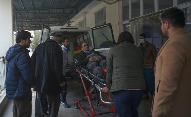 Un blessé est transporté à l'hôpital Wazir Akbar Khan, le 24 décembre 2018 victime de l'explosion d'une voiture piégée [WAKIL KOHSAR / AFP]