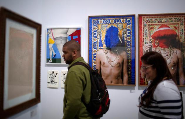 """Des visiteurs découvrent l'exposition """"Queermuseu"""" à l'Ecole des arts visuels de Rio de Janeiro, le 16 août 2018 [Mauro Pimentel / AFP/Archives]"""