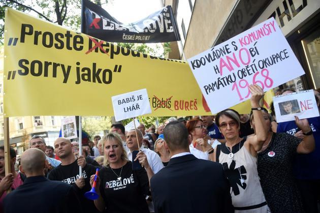"""""""Qui gouverne avec les communistes, déshonore les victimes de l'occupation de 1968!"""", pouvait-on lire sur une pancarte brandie le 21 août 2018 à Prague à l'occasion du 50e anniversaire de la répression soviétique du """"Printemps de Prague"""" [Michal CIZEK / AFP]"""