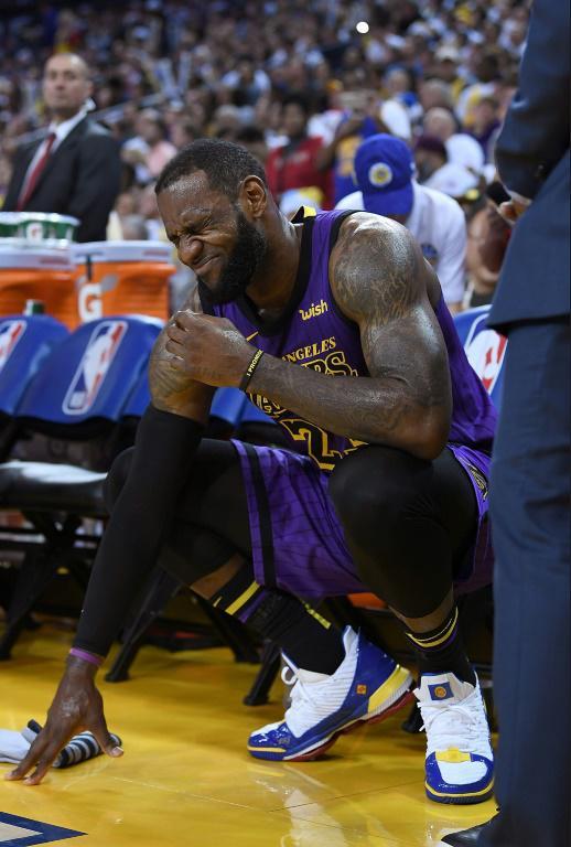 LeBron James des Los Angeles Lakers sort sur blessure à un genou lors du match NBA contre les Golden State Warriors, le 25 décembre 2018 à Oakland [Thearon W. Henderson / Getty/AFP]