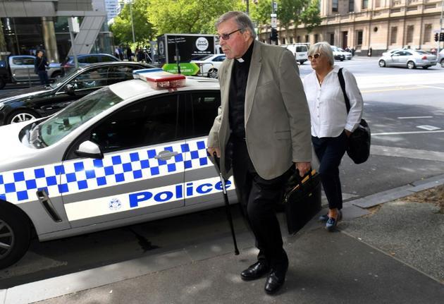 Le cardinal George Pell (au centre) dans une rue de Melbourne, le 14 fevrier 2019 [William WEST / AFP/Archives]