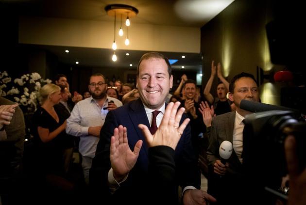 Lodewijk Asscher (c), leader des travaillistes (PvdA), célèbre la victoire de son parti aux élections européennes, le 23 mai 2019 à La Haye [Koen van Weel / ANP/AFP]
