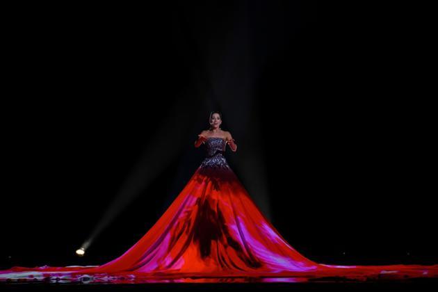 La soprano estonienne Elina Nechayeva et sa robe géante lors de la 63e édition du concours de l'Eurovision, à Lisbonne le 12 mai 2018 [Francisco LEONG / AFP]