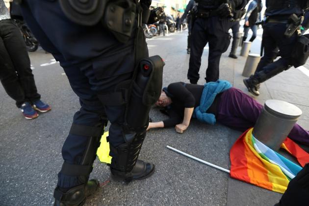 Geneviève Legay, à terre, blessée pendant la manifestation des gilets jaunes, le 23 mars 2019 à Nice [Valery HACHE / AFP]