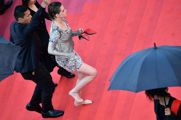 L'actrice américaine et membre du jury Kristen Stewart monte les marches du Palais des Festivals de Cannes pieds nus, le 14 mai 2018 [Alberto PIZZOLI / AFP/Archives]