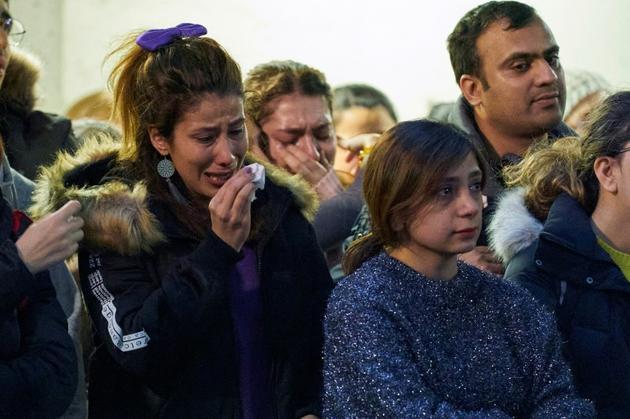Des personnes en deuil à la Western University de London, dans l'Ontario, le 8 janvier 2020. Des étudiants ont perdu la vie dans le crash d'un avion ukrainien en Iran [Geoff Robins / AFP]