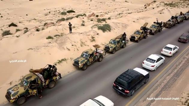 """Capture d'écran d'une vidéo  diffusée le 4 avril 2019 sur la page Facebook du """"bureau des médias"""" de l'Armée nationale libyenne (ANL), montrant selon elle un convoi militaire de l'ANL en direction de Tripoli [- / LNA War Information Division/AFP]"""