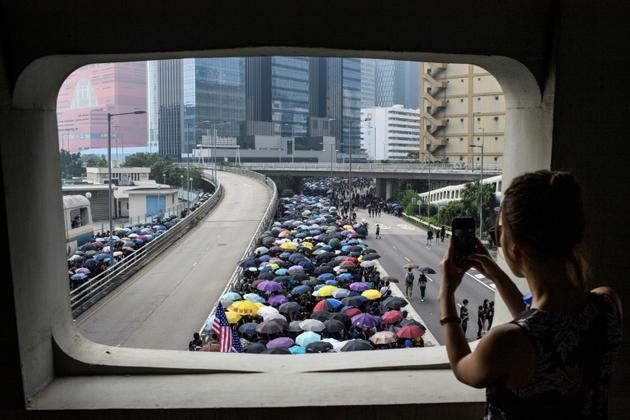 Des manifestants prodémocratie défilent avec des parapluies, symbole du grand mouvement de 2014, le 24 août 2019 à Hong Kong [ANTHONY WALLACE / AFP]