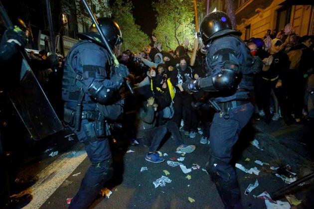 Heurts entre manifestants et forces de police après la condamnation des dirigeants indépendantistes, le 15 octobre 2019 à Barcelone [Pau Barrena / AFP]