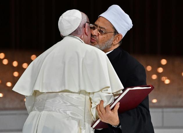 Le pape François et le grand imam d'Al-Azhar, le cheikh Ahmed al-Tayeb, se donnant l'accolade le 4 février à Abou Dhabi  [Vincenzo PINTO                       / AFP]
