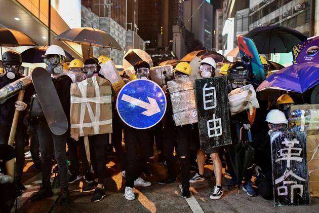 Des manifestants prodémocratie muniss de boucliers bricolés avec des panneaux de signalisation ou des skateboard, le 28 juillet 2019 à Hong Kong  [Anthony WALLACE / AFP/Archives]