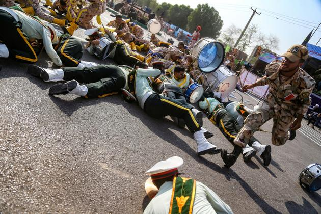 Des soldats à terre lors d'un attentat commis le 22 septembre 2018 lors d'un défilé militaire dans la ville iranienne d'Ahvaz [MORTEZA JABERIAN / ISNA/AFP]