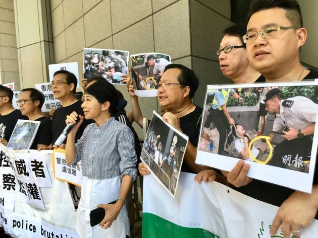 La députée pro-démocratie Claudia Mo (au centre) prend la parole pendant un rassemblement contre les violences policières à Hong Kong, le 15 juin 2019 [Richard BROOKS / AFP]