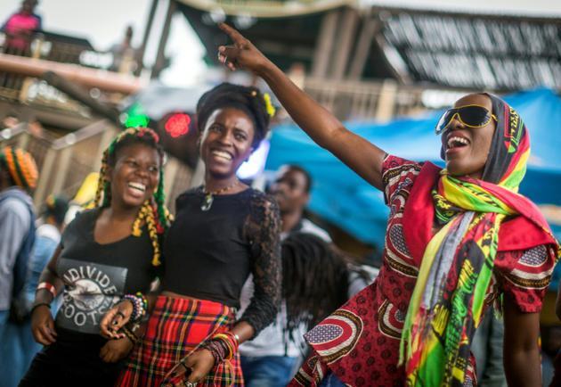 Des fans rastafaristes dansent pendant le festival mondial Bob Marley, le 3 février 2018 à Durban, en Afrique du Sud [RAJESH JANTILAL / AFP]