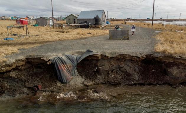 L'érosion du permafrost, précipitée par le réchauffement climatique, engloutit inexorablement le petit village esquimau Yupik de Quinhagak, le 12 avril 2019 en Alaska [Mark RALSTON / AFP]