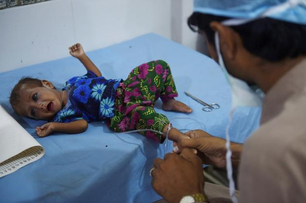 Des médecins pakistanais traitent une fillette malnutrie à l'hôpital de Methi le 25 mai 2018 [RIZWAN TABASSUM / AFP]