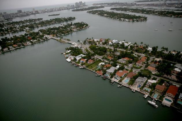 Des maisons d'un quartier de Miami sont tout au bord de l'océan, menacées par la montée des eaux en raison du réchauffement climatique.  [JOE RAEDLE / GETTY IMAGES NORTH AMERICA/AFP/Archives]