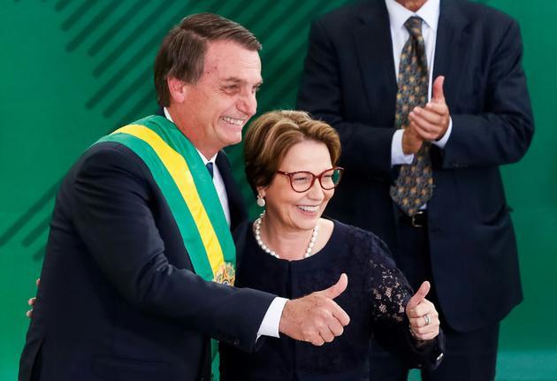Le président brésilien Jair Bolsonaro et sa ministre de l'Agriculture, représentante du puissant lobby de l'agronégoce, Tereza Cristina da Costa, le 1er janvier 2019 à Brasilia. AFP PHOTO / BRAZIL'S PRESIDENCY / ISAC NOBREGA [Isac NOBREGA / Brazilian Presidency/AFP]