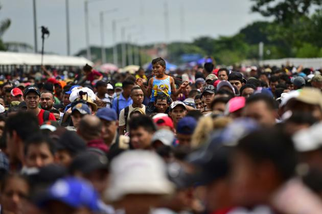 Des migrants honduriens en route pour les Etats-Unis, sont rassemblés à la frontière entre le Guatemala et le Mexique le 19 octobre 2018  [Pedro Pardo                     / AFP]