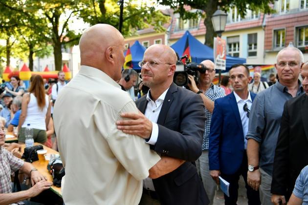 Andreas Kalbitz, candidat du parti d'extrême droite Alternative pour l'Allemagne (AfD), rencontre des électeurs en arrivant à un meeting à Koenigs Wusterhausen, en Allemagne de l'est, le 30 août 2019. [John MACDOUGALL / AFP]