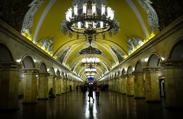 """Le métro moscovite construit comme un """"Palais du peuple"""", ici station Komsomolskaïa le 1e novembre 2017. [Yuri KADOBNOV                                                                                                                                                                                                                                                   / AFP/Archives]"""