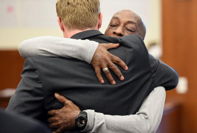Le plaignant DeWayne Johnson tombe dans les bras de l'un de ses avocats à l'énoncé du verdict, le 10 août 2018, à San Francisco [JOSH EDELSON / AFP]
