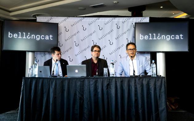 Eliot Higgins (centre), fondateur de Bellingcat, en conférence de presse à Scheveningen aux Pays-Bas, le 25 mai 2018 [Remko de Waal / ANP/AFP/Archives]