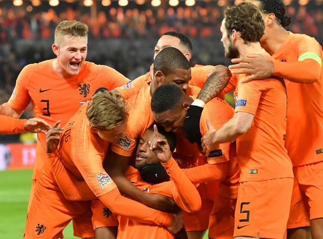 Le milieu de terrain néerlandais Georginio Wijnaldum (au sol) après avoir marqué contre la France, à Rotterdam le 16 novembre 2018 [EMMANUEL DUNAND / AFP]